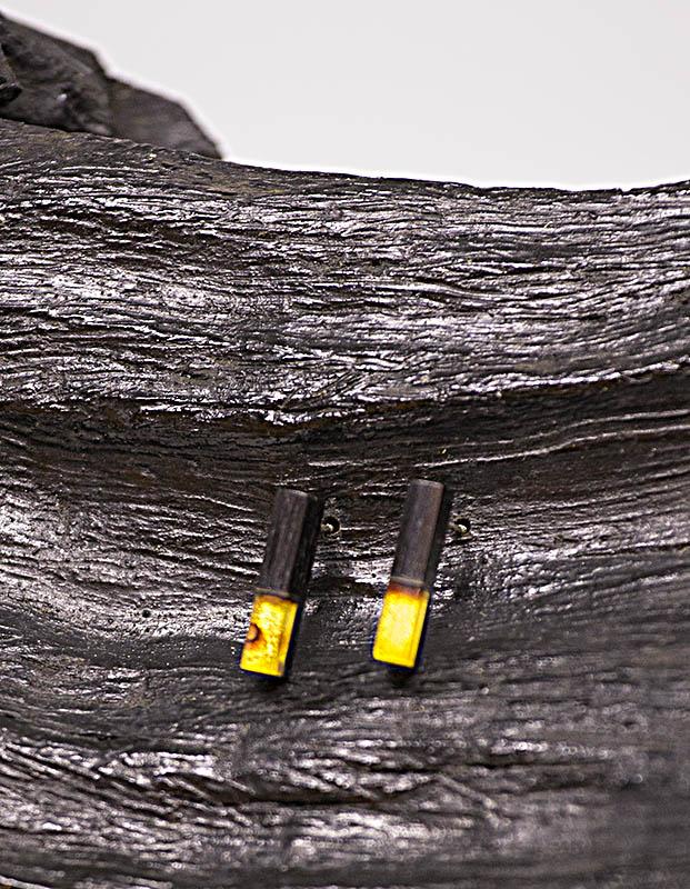 Aflange ørestikkere i oak wood og rav, oak wood øreringe, træ og rav øreringe, ravsmykker, træ og rav smykker, håndlavede smykker, specielle øreringe, unikke øreringe