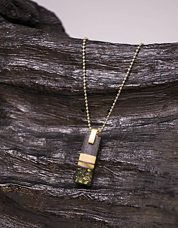 amber and oak wood necklace, rav og træ vedhæng, vedhæng i egetræ og rav, rustikt vedhæng, rav vedhæng, vedhæng i forgyldt sølv, lækreste vedhæng unika vedhæng uniqa smykker,