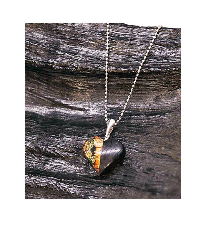 halskæde hjerte i træ og rav, wood and amber necklace, necklace heart wood amber, halskæde i træ og rav, træsmykke, ravsmykke, halskæde rav, halskæde træ, halskæde, vedhæng i træ, vedhæng i ra, vedhæng i træ og rav, vedhæng