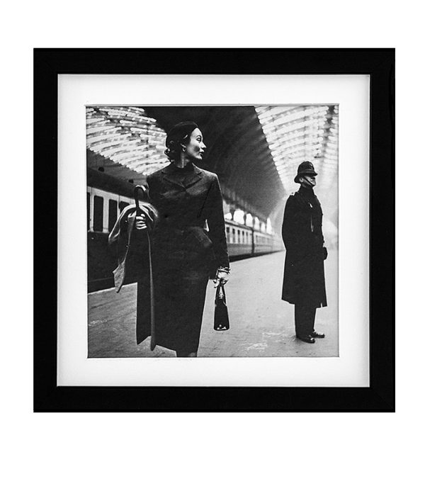 kvinden på perronen retro foto i ramme 20 x 20 cm