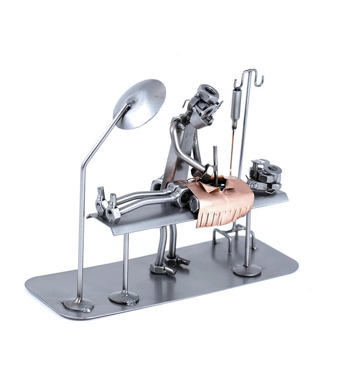 operationsstue metalfigur med kirurg og patient, uddannelsesgave kirurg, jubilæumsgave kirurg, operationslæge gave, gave kirurg, julegave kirurg, gave operationssygeplejerske, venteværelse operationsstue