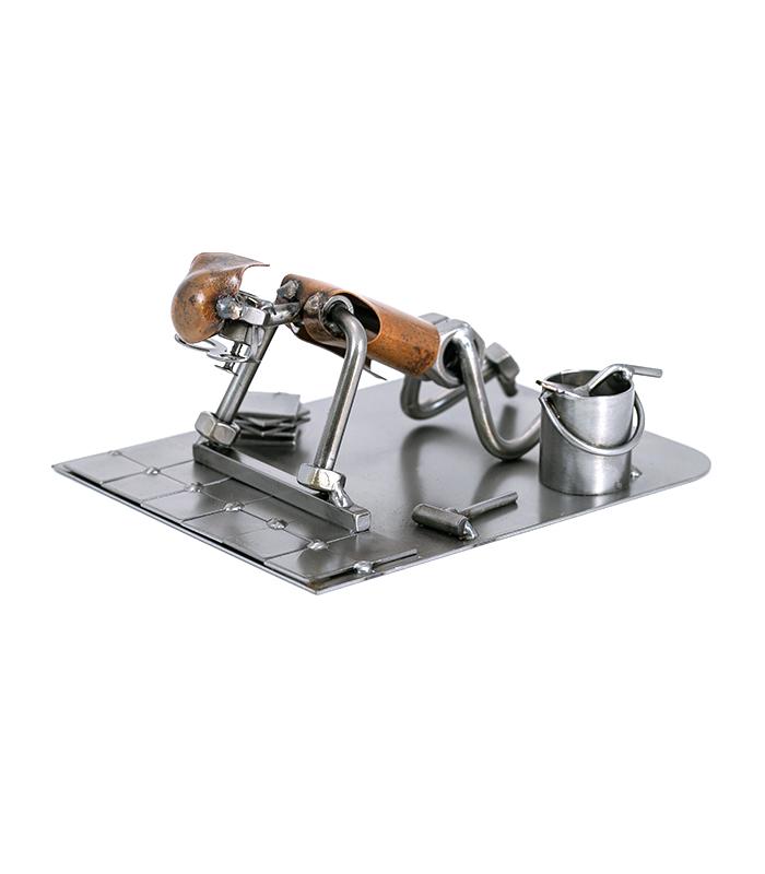 Fliselægger metalfigur i restmetal er en skøn figur til håndværkeren, er en sjov personlig gave med humor til den færdige svend, eller som ide til fødselsdagsgave, julegave, jubilæumsgave eller som uddannelsesgave.