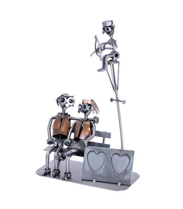 Forelsket kærestepar metalfigur, love firuina, kærlighedsfigur, kærlighed par på bænk fotoramme, gaveide kærestepar, valentinsgave, valentinsdagsgave. valentinsdag, fotoramme kærestepar, fotoramme børnene, romantisk figur, romantisk fotoramme, romantisk gave, kærestegave