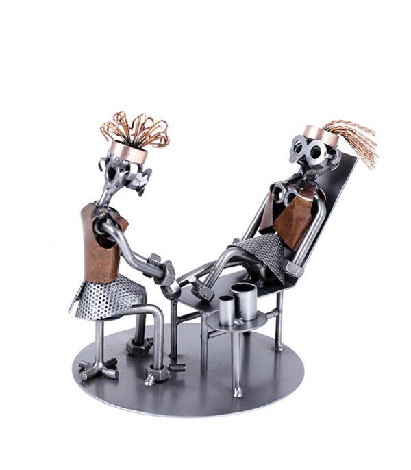 Fodterapeut med liggende kunde i klinik metalfigur, fodklinik metalfigur, fodklinik gave, fodterapeut gave, fodterapeut metalfigur, fodlæge, gave fodlæge, gave fysioterapeut, fysioterapeut gave, fysioterapeut gaveide, fysioterapeut metalfigur