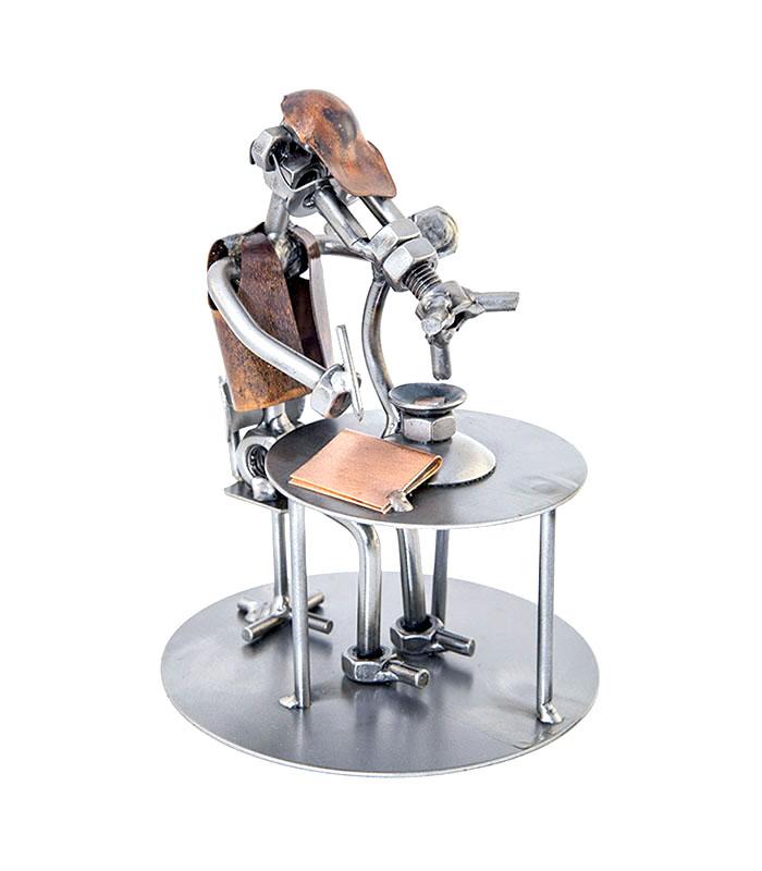 Biolog eller laborant metalfigur med mikroskop - mand