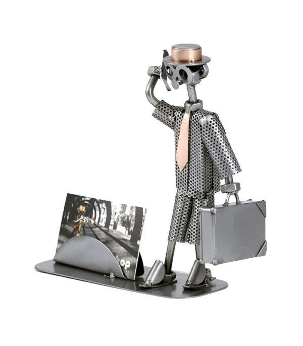 Forretningsmand med visitkort holder metalfigur