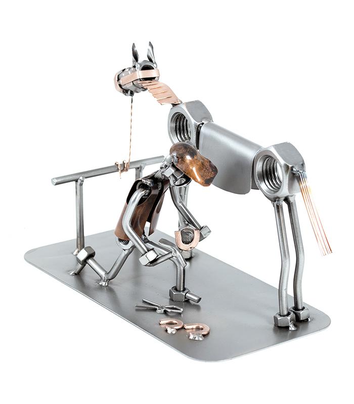 Hesteskomager og beslagsmed med hest metalfigur, hesteskosmed uddannelsesgave, esgave metalfigur, hesteskosmed gave, hesteskosmed og hest figur