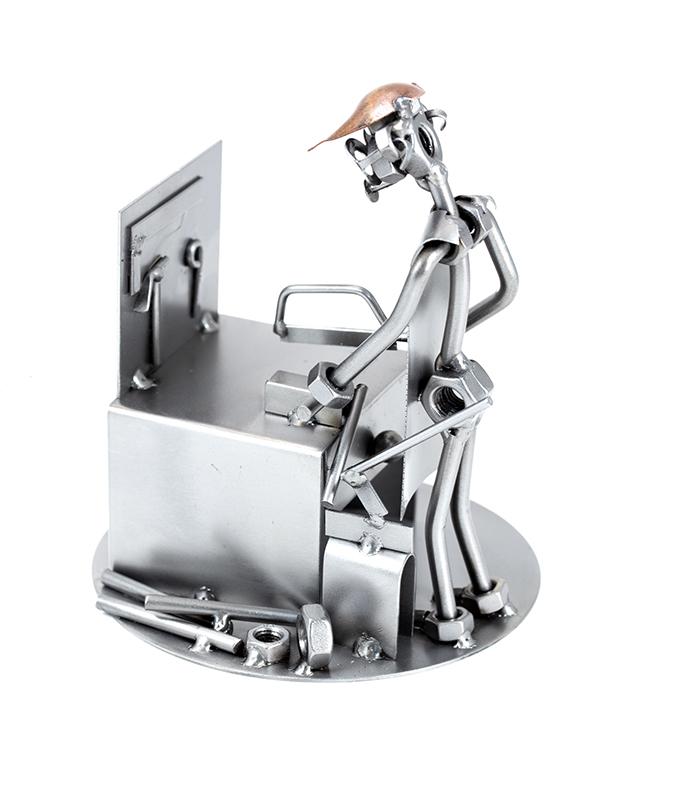 Låsesmed metalfigur i restmetal som svendegave, svendegave låsesmed, låsesmed uddannelsesgave,
