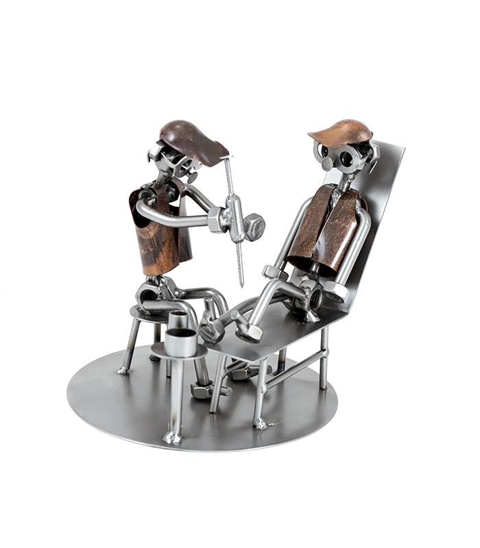 Ortopædkirurg eller sygeplejer metalfigur i restmetal.