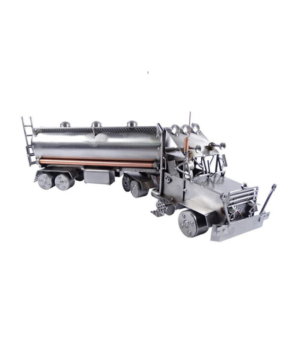 Lastvogn med tankvognstrailer metalfigur som gave til tankvognschauffør