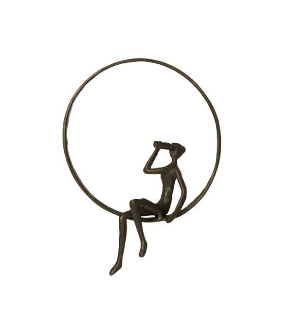 mand sidder i en ring og kigger ud jern figur